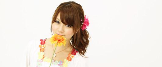 アイキャッチ画像。花と女性。写真素材サイトモデルピースより、藤浦真菜さん。
