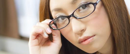 アイキャッチ画像。メガネの位置を直す女性。モデルは北野佑々さん。