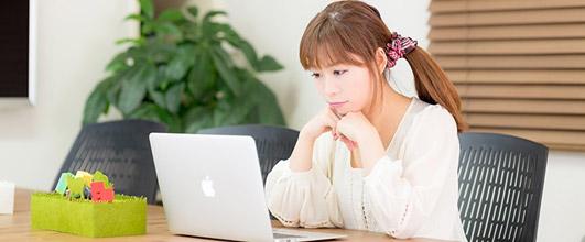 アイキャッチ画像。コワーキングスペースでMBAで作業する女性。モデル:暢子さん。無料写真素材サイトPAKUTASOより。