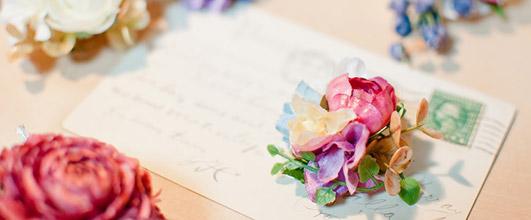 アイキャッチ画像。花と手紙。素材サイト PAKUTASO より。