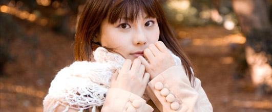 アイキャッチ画像。マフラーをギュッとする女性。モデル:Lala*さん。写真素材サイト PAKUTASO より。