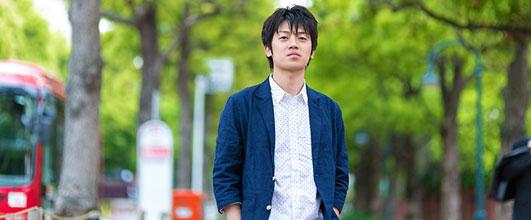 アイキャッチ画像。緑の道を歩く青年。モデル:Tsuyoshi.写真素材サイトPAKUTASOより。
