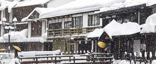 アイキャッチ画像。雪が積もる銀山温泉街。写真サイト PAKUTASO より。